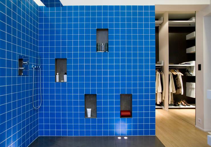 Appartement d'un collectionneur d'art contemporain-Paris-17e: Salle de bains de style  par ATELIER FB