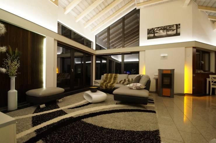 Haus Tech-Wood:  Wohnzimmer von Tirolia GmbH
