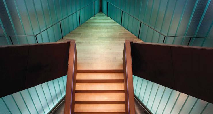 La carpintería técnica de Bodegas Portia: Pasillos y vestíbulos de estilo  de SPIGOGROUP