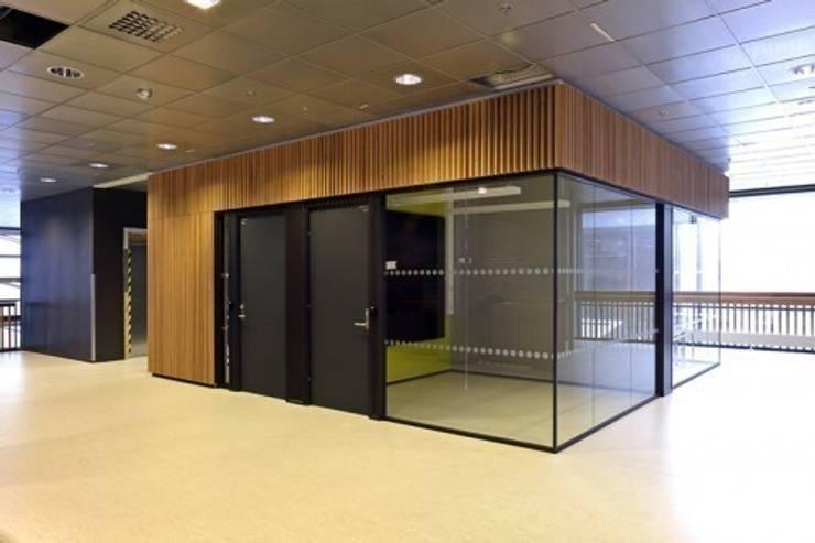 Lamas de madera y carpintería técnica en la Escuela Superior de Bergen: Estudios y despachos de estilo  de SPIGOGROUP