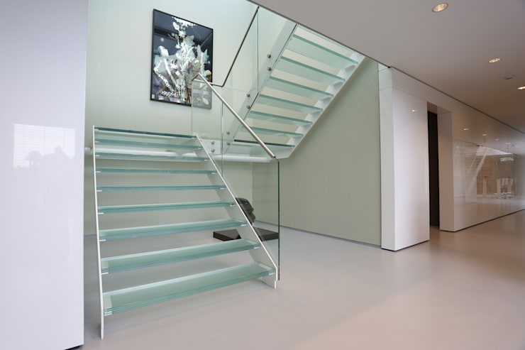 Straight Stairs Glass TRE609: moderne Gang, hal & trappenhuis door EeStairs | Stairs and balustrades