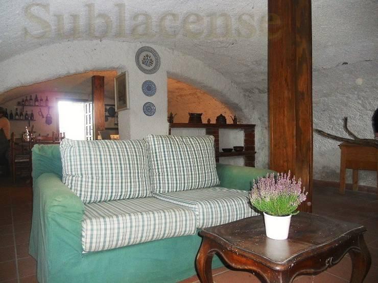 Sala rustica: Soggiorno in stile  di Sublacense Home Staging