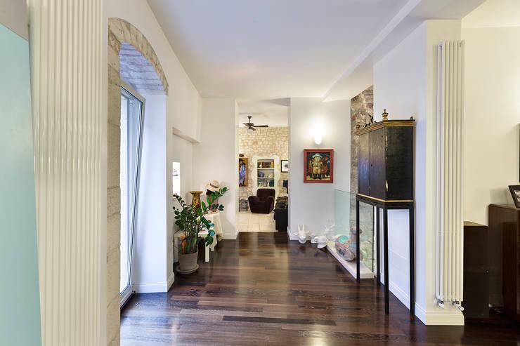 CASA BL CONVERSANO BARI: Soggiorno in stile in stile Moderno di Studio Bugna