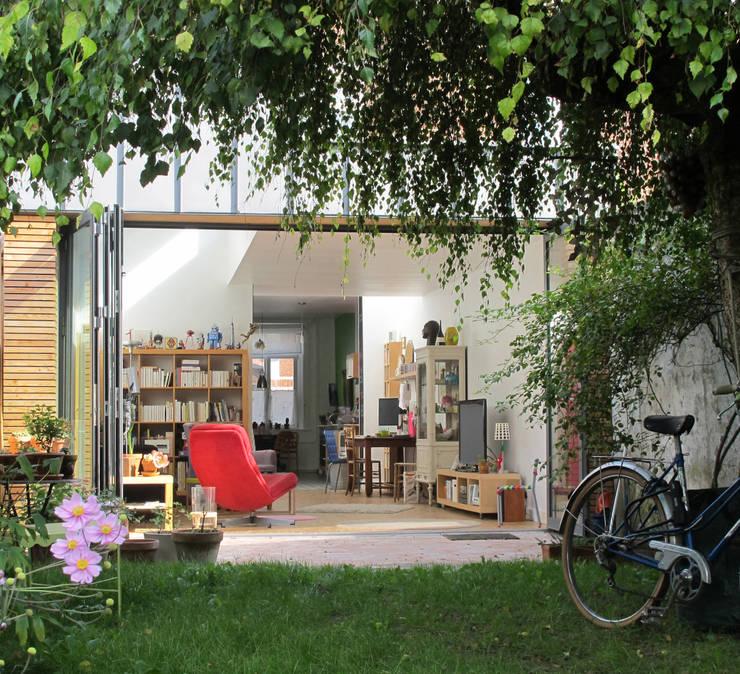 Extension et aménagement d'une maison de ville : Jardin de style de style Moderne par F. DEMAGNY ARCHITECTE