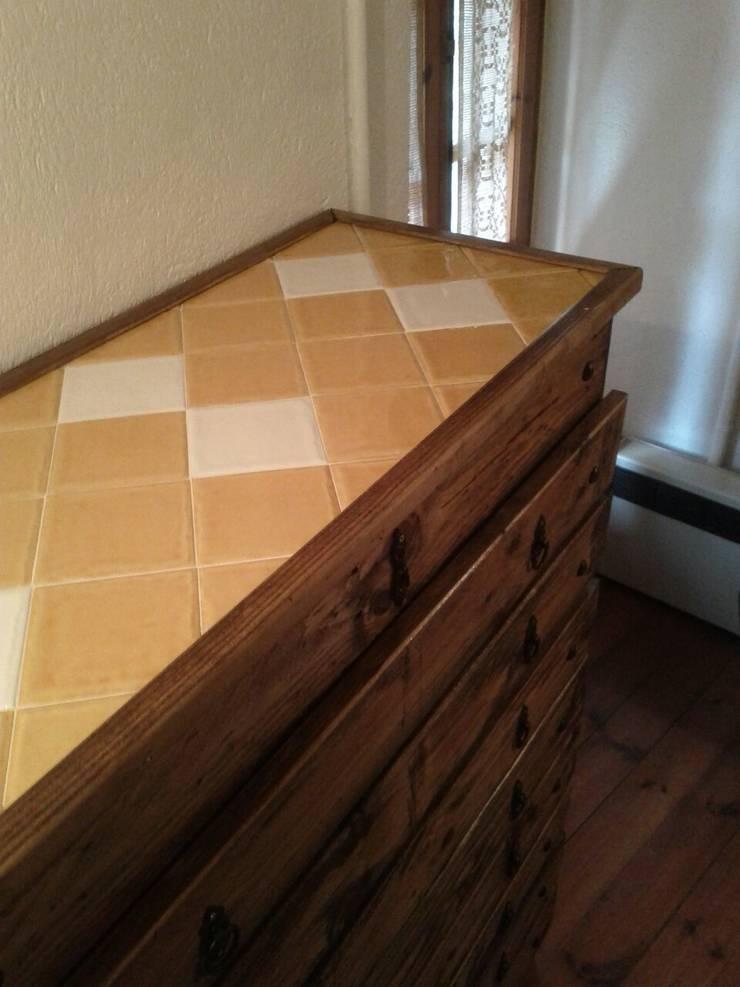 cajonera con palets i ceramica rustica para el sobre: Dormitorios de estilo  de RECICLA'RT