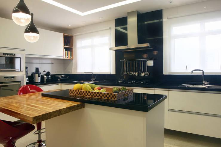 Apartamento Vila Rica Santos: Cozinhas  por Lucia Navajas -Arquitetura & Interiores,