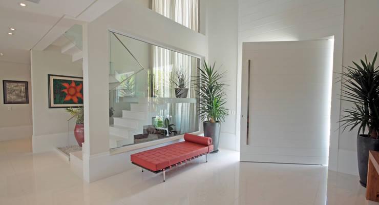Pasillos y recibidores de estilo  por ALME ARQUITETURA