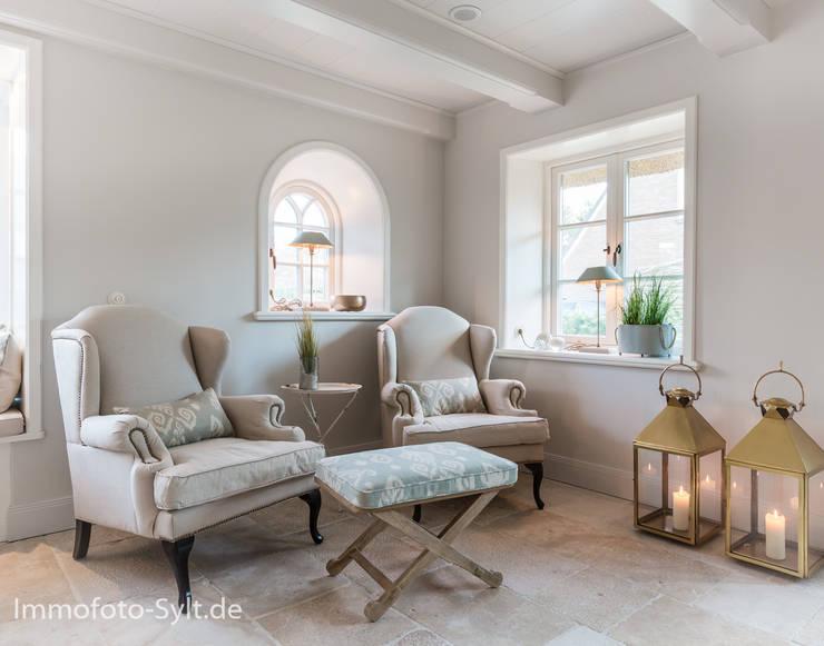 ห้องนั่งเล่น โดย Immofoto-Sylt, คันทรี่