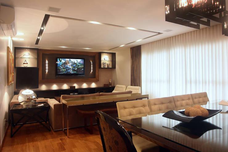 Apartamento Vila Rica Santos: Salas de estar  por Lucia Navajas -Arquitetura & Interiores,