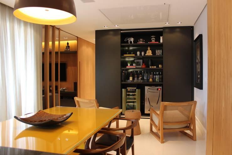 MOVEL ADEGA/BAR: Sala de estar  por ALME ARQUITETURA