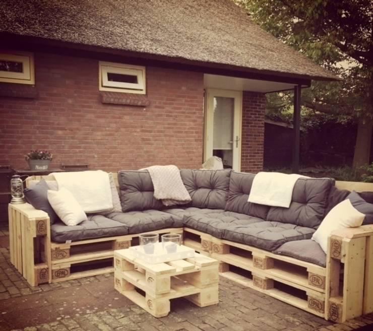 Loungebank pallets 240x200cm met kussen:  Tuin door Meubelen van pallets