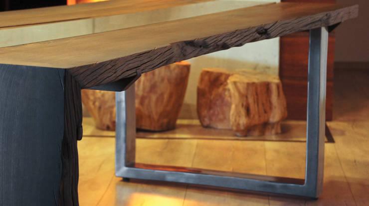 Stół z czarnego dębu: styl , w kategorii  zaprojektowany przez Old Wood Design,Rustykalny