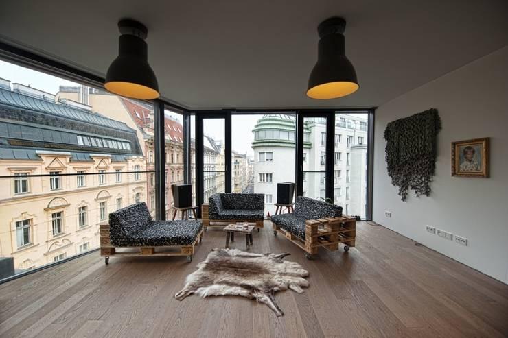 Salas de estilo industrial por palettenmoebel.at