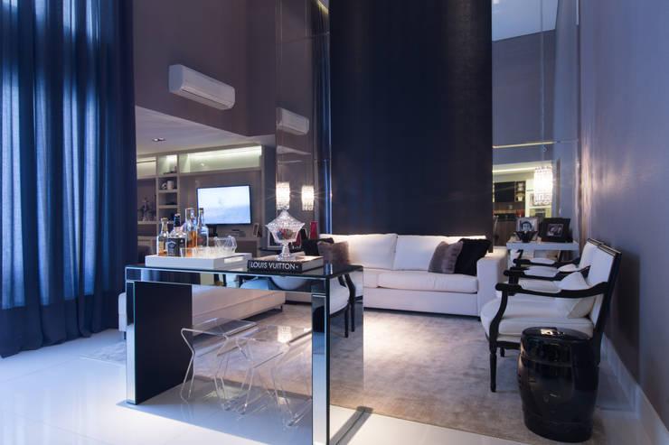 Apartamento M|R: Salas de estar  por Lodo Barana Arquitetura e Interiores
