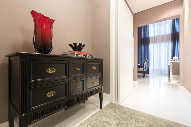 Apartamento M|R: Corredores e halls de entrada  por Lodo Barana Arquitetura e Interiores