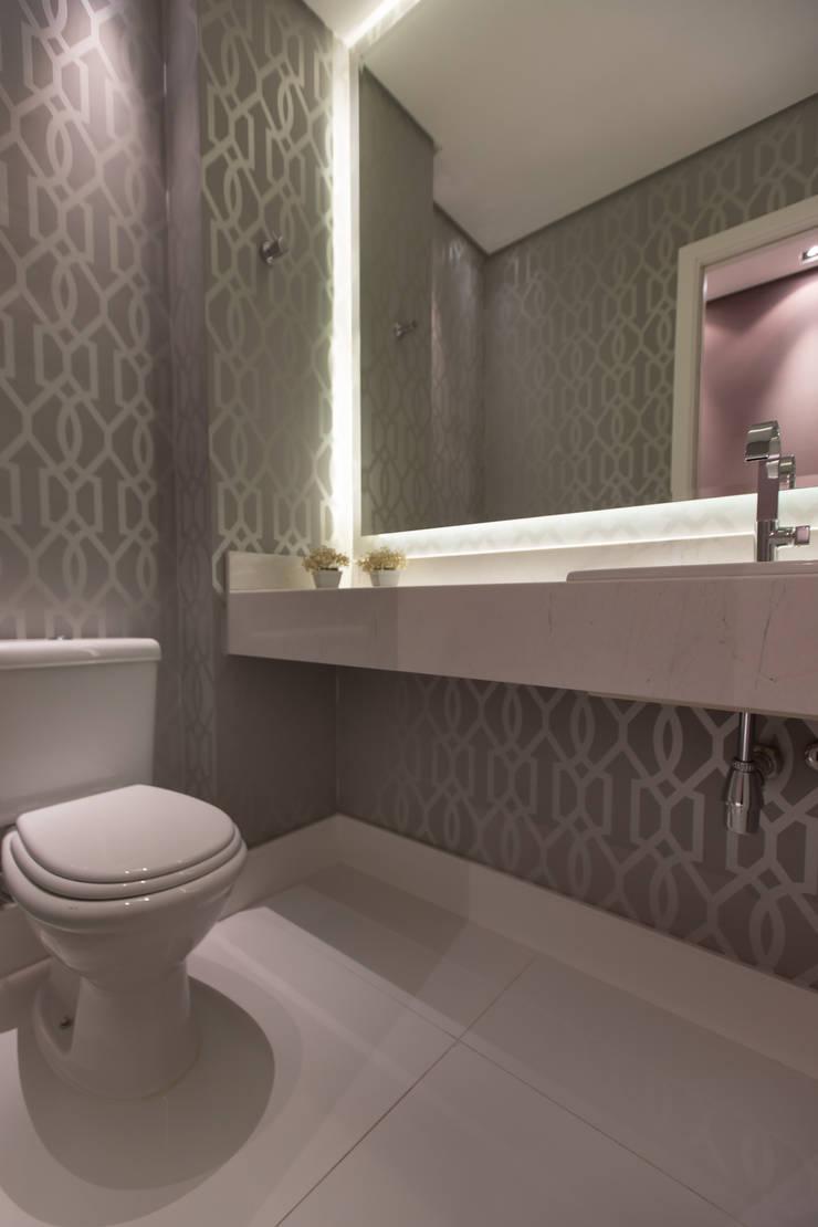 Apartamento M|R: Banheiros  por Lodo Barana Arquitetura e Interiores