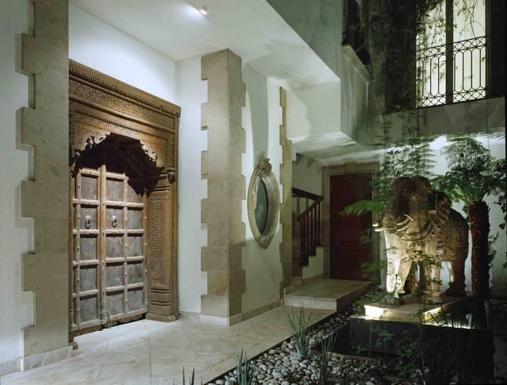 Pasillos y vestíbulos de estilo  de Micheas Arquitectos