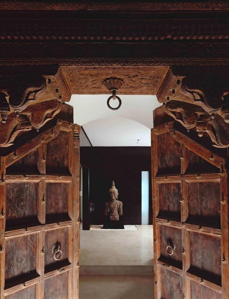 Robles: Puertas y ventanas de estilo  por MICHEAS ARQUITECTOS