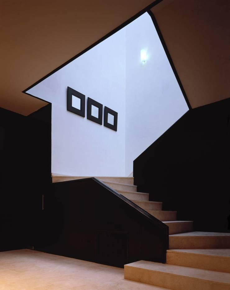 Robles: Pasillos y recibidores de estilo  por MICHEAS ARQUITECTOS