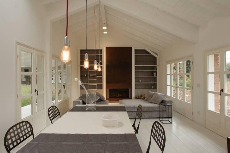 Lighting Casa di Legno - Novara: Sala da pranzo in stile  di Romano Baratta Lighting Studio
