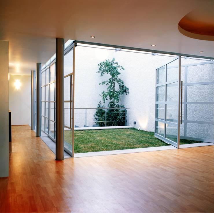 Jardines de estilo moderno de Micheas Arquitectos