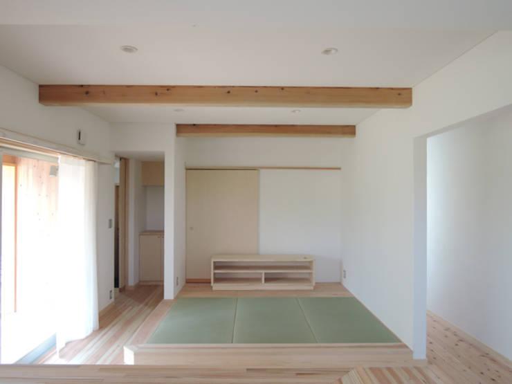 リビングのたたみコーナー: 篠田 望デザイン一級建築士事務所が手掛けたリビングです。