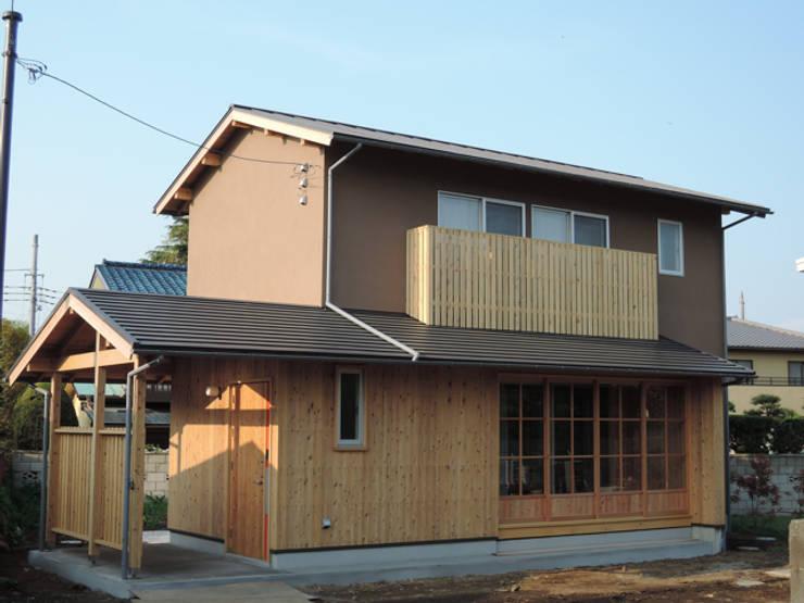 田舎感のある外観: 篠田 望デザイン一級建築士事務所が手掛けた家です。