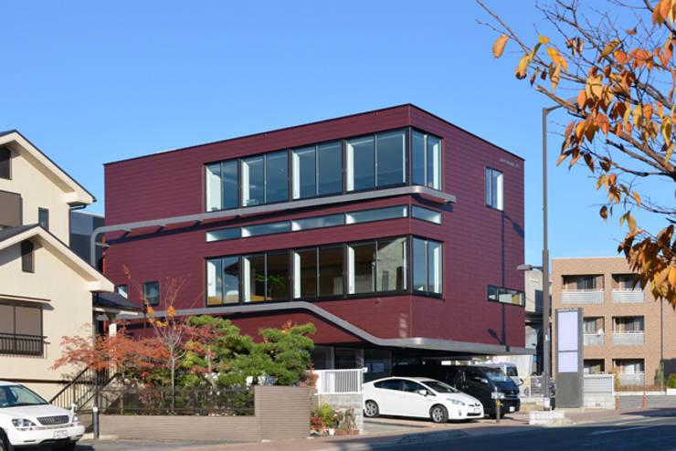 ワインレッドの外観: 大塚高史建築設計事務所が手掛けた家です。,