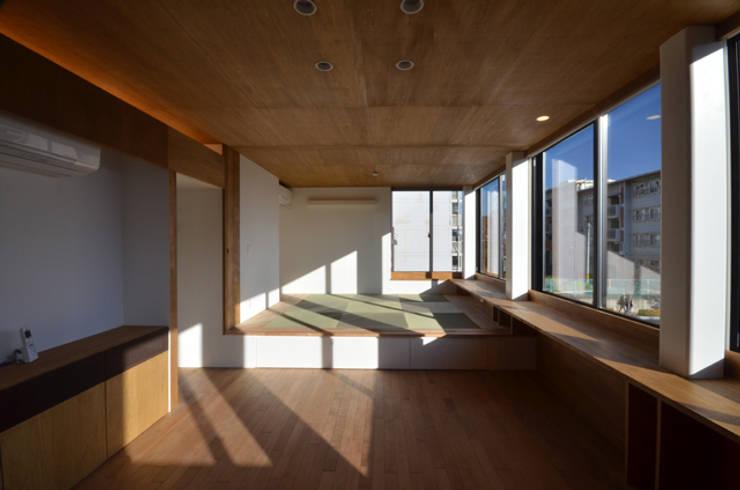 2階 親世帯のリビングルーム: 大塚高史建築設計事務所が手掛けたリビングです。,