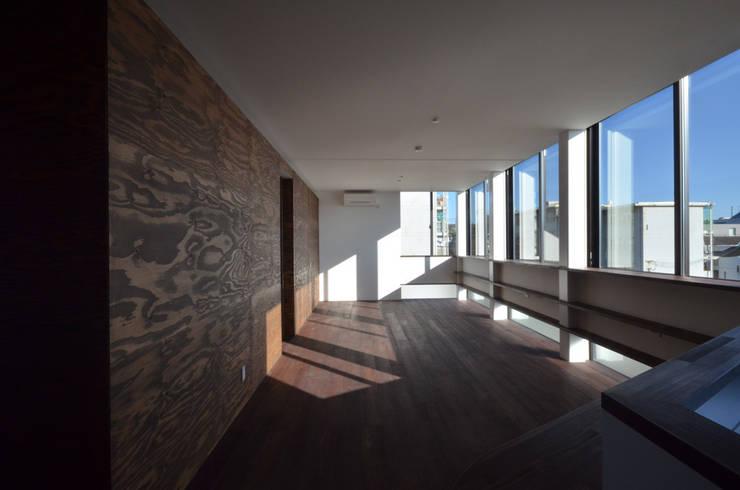 3階 子世帯のリビングルーム: 大塚高史建築設計事務所が手掛けたリビングです。,