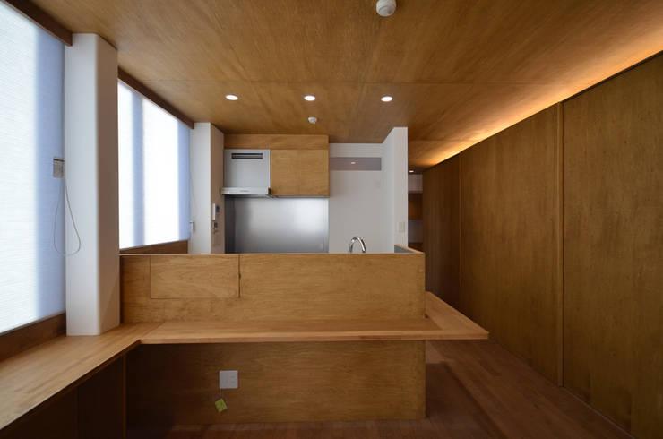 2階 リビング側から見た親世帯のキッチン: 大塚高史建築設計事務所が手掛けたキッチンです。,