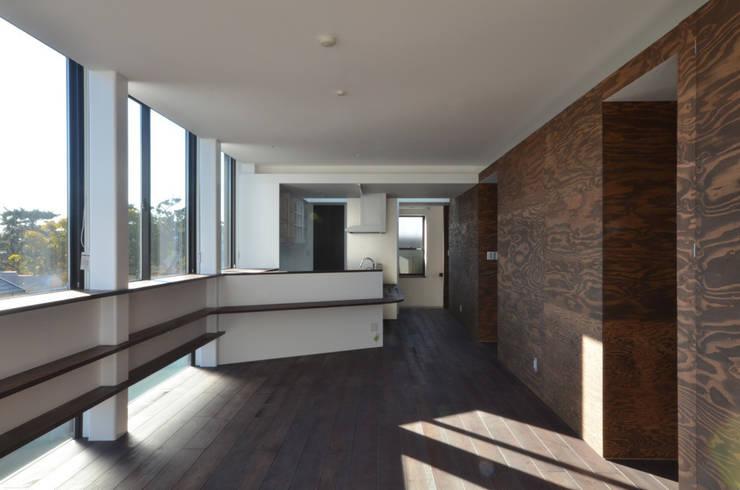 3階 リビング側から見た子世帯のキッチン: 大塚高史建築設計事務所が手掛けたキッチンです。,