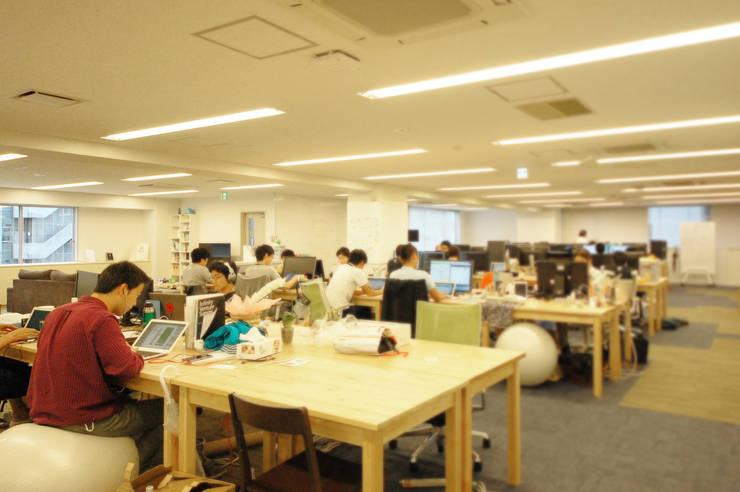 開放的な空間-freee的オフィス-: 株式会社ヴィスが手掛けたオフィススペース&店です。