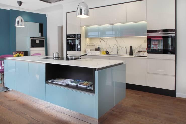in-toto Marlow Kitchens Design Studio:  Kitchen by in-toto Kitchens Design Studio Marlow