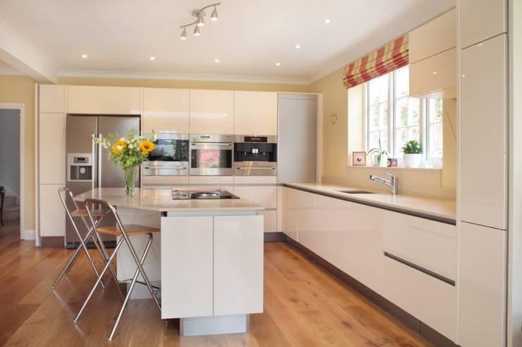 Minimalist High Gloss Contemporary Kitchen:  Kitchen by in-toto Kitchens Design Studio Marlow