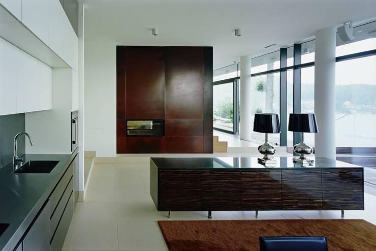 Villa Reifnitz, Wörthersee: moderne Wohnzimmer von Arkan Zeytinoglu Architects