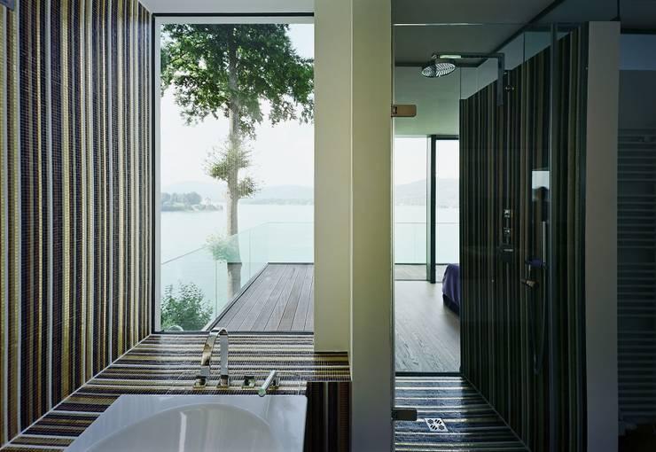 Villa Reifnitz, Wörthersee: moderne Badezimmer von Arkan Zeytinoglu Architects