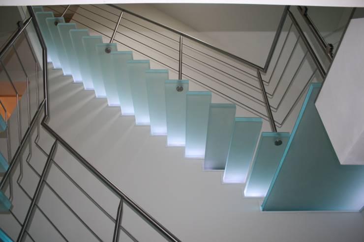 Zwevende glazen trappen van de onderzijde bekeken:  Gang, hal & trappenhuis door Allstairs Trappenshowroom