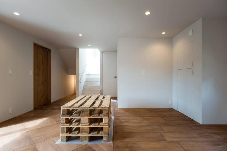 パッチワークのように貼ったフローリング: エンジョイワークス一級建築士事務所が手掛けた和室です。