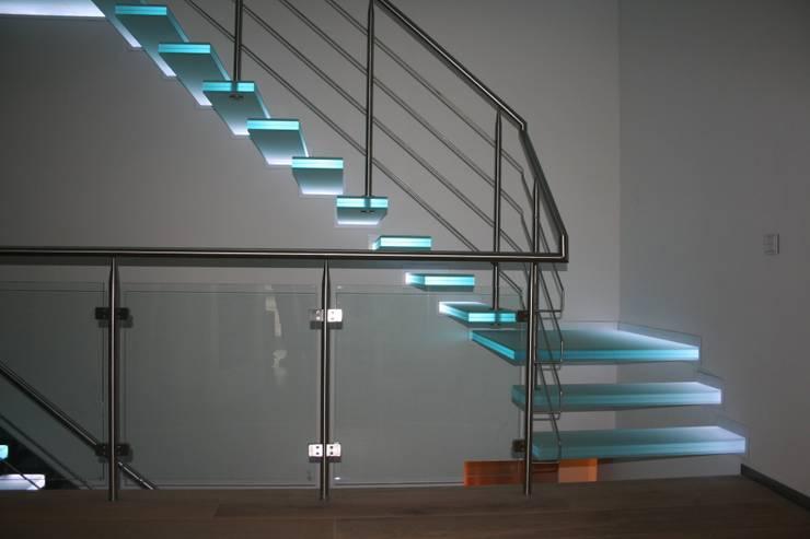 zwevende glazen trappen met witte verlichting:  Gang, hal & trappenhuis door Allstairs Trappenshowroom