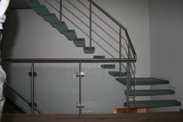 zwevende glazen trappen zonder verlichting:  Gang, hal & trappenhuis door Allstairs Trappenshowroom