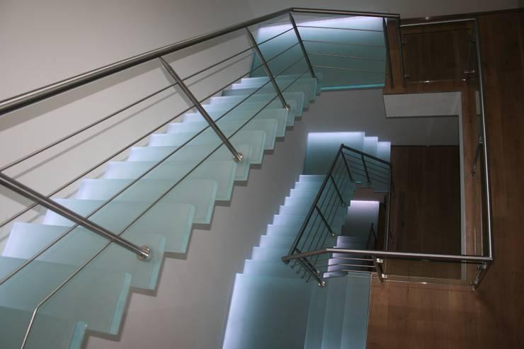zwevende glazen trappen met wisselende verlichting:  Gang, hal & trappenhuis door Allstairs Trappenshowroom