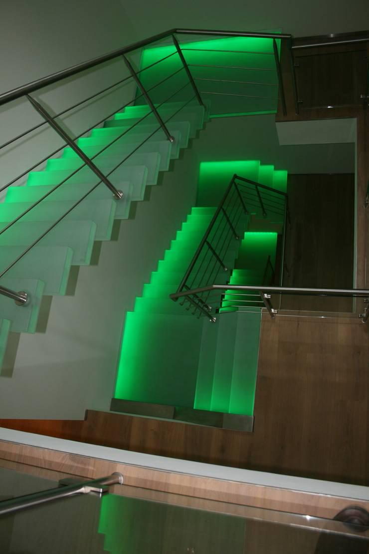 zwevende glazen trappen met groene verlichting:  Gang, hal & trappenhuis door Allstairs Trappenshowroom