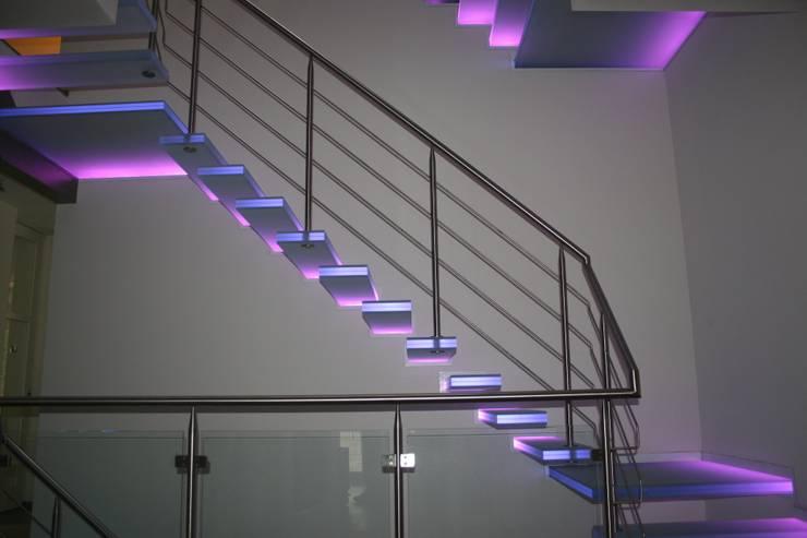 zwevende glazen trappen met paarse verlichting:  Gang, hal & trappenhuis door Allstairs Trappenshowroom