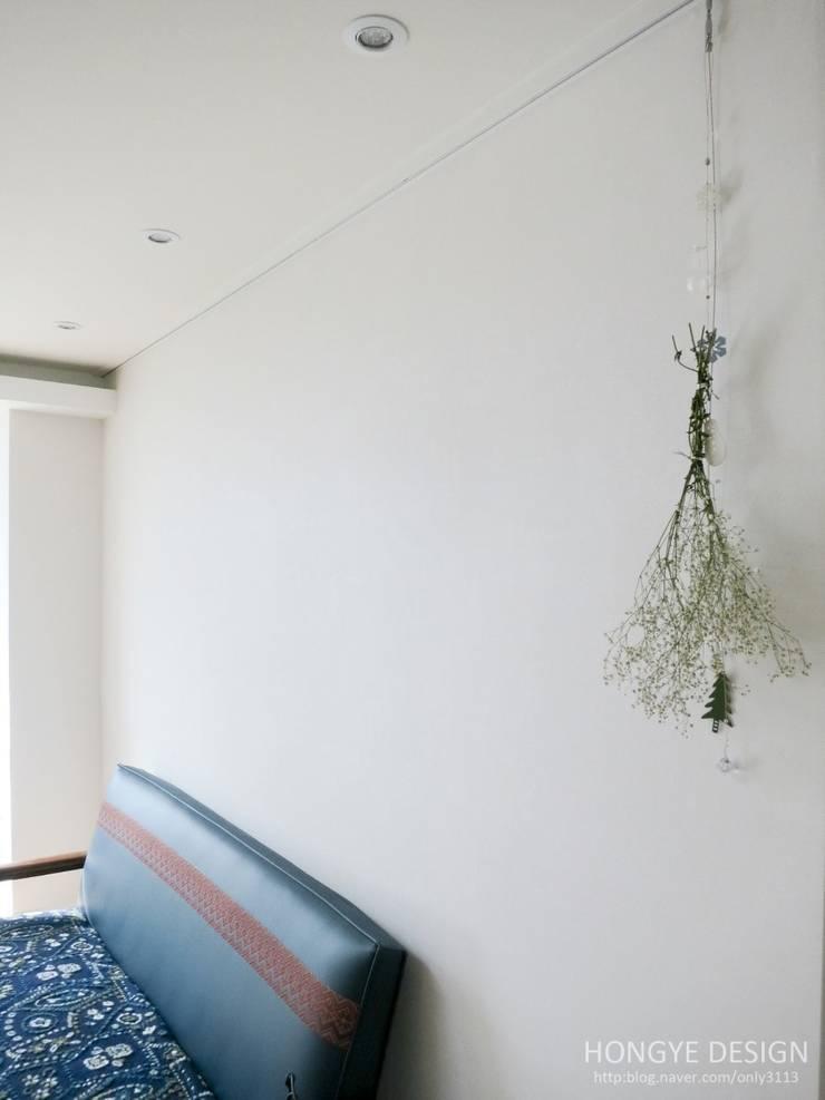 거실 소품: 홍예디자인의  거실