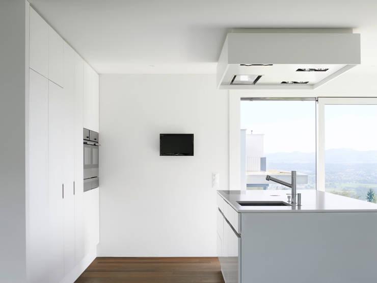 Haus L: moderne Küche von nimmrichter architekten ETH SIA AG