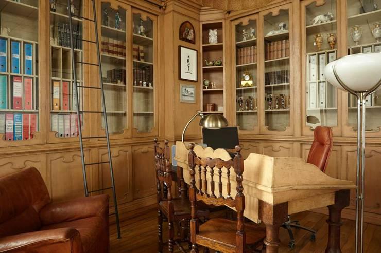 Librerie e Boiserie: Soggiorno in stile  di Porte del Passato