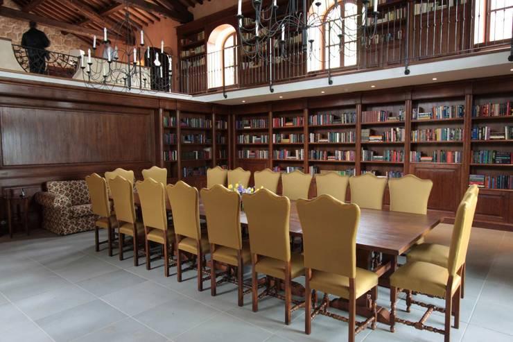 Librerie e Boiserie: Sala multimediale in stile  di Porte del Passato