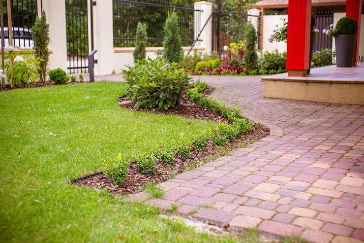 Ogród frontowy : styl , w kategorii Ogród zaprojektowany przez Miejskie Ziele