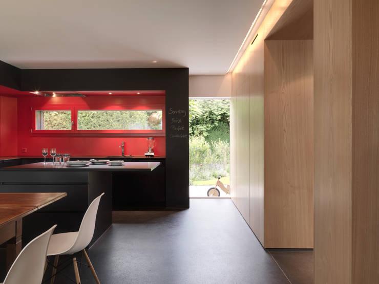 Haus S: moderne Küche von nimmrichter architekten ETH SIA AG